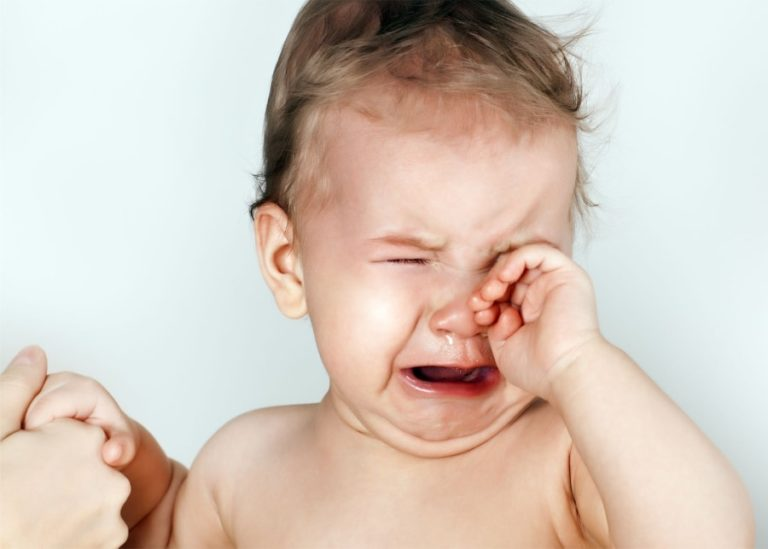 Грудной ребенок постоянно чешет уши и голову, трет затылок – почему это происходит?