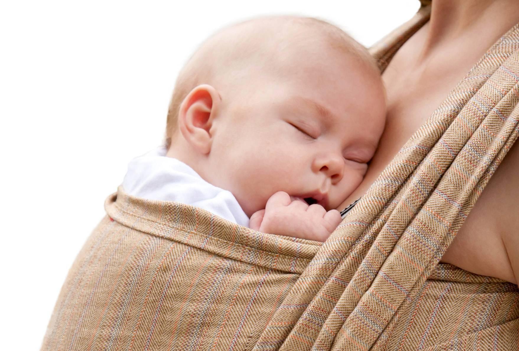 Как держать новорожденного на руках