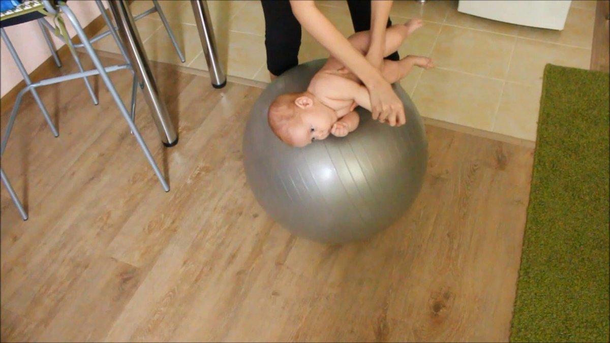 Фитбол для грудничков: упражнения и занятия на фитболе, гимнастика на мяче