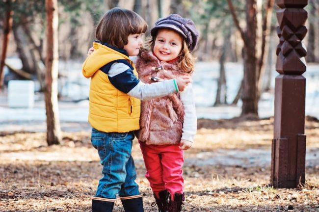 Интересные развивающие игры с ребенком на прогулке. уличные игры для детей с родителями