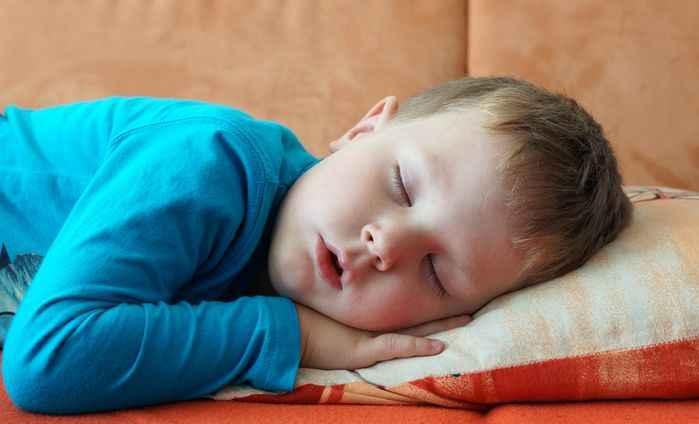 Храп у ребенка при насморке: причины и последующее лечение