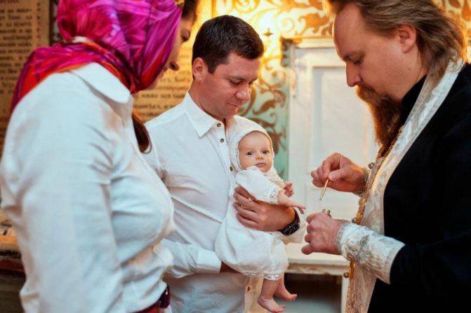 Кто может, а кому запрещено быть крестным у ребенка при крещении