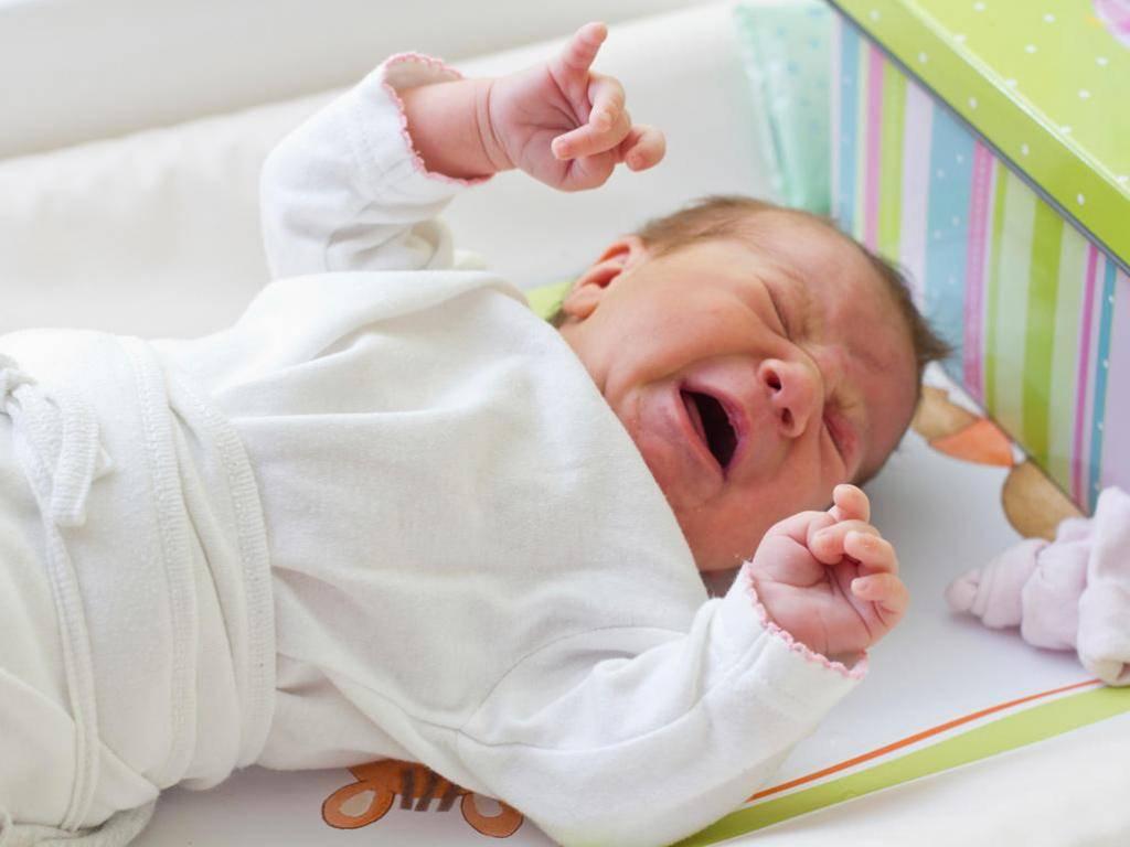 Младенец краснеет и тужится: основные причины и способы помощи