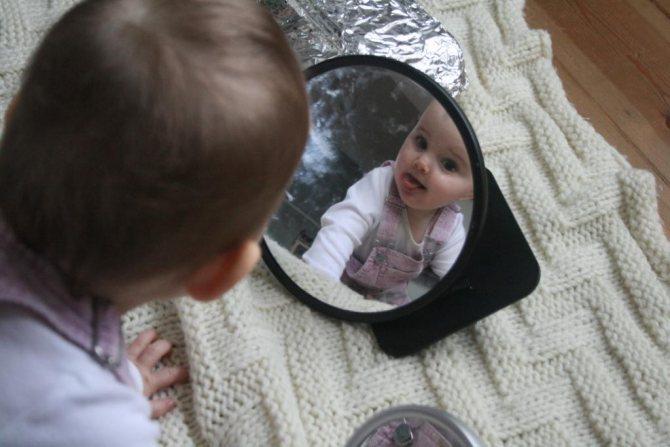 С какого возраста малышу можно показывать зеркало
