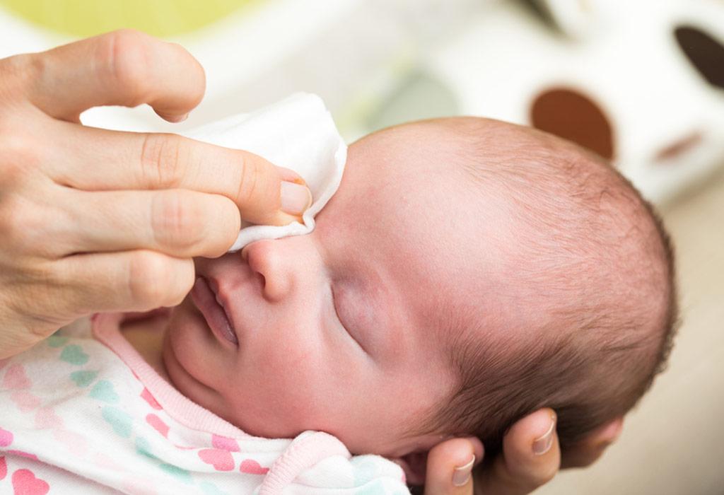 Как чистить уши новорожденным | уроки для мам