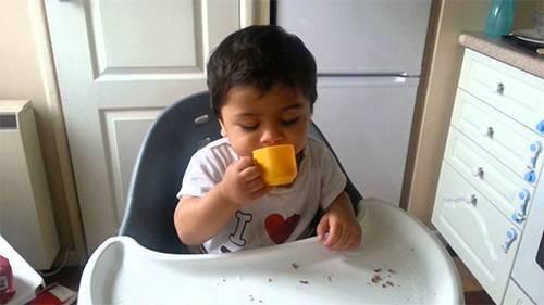 Как научить ребенка пить самостоятельно из чашки