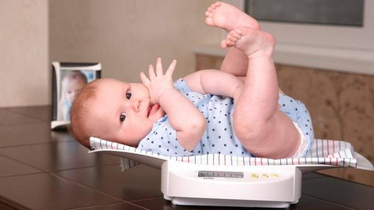 Ребенку 2 месяца: что должен уметь новорожденный, особенности развития в два месяца