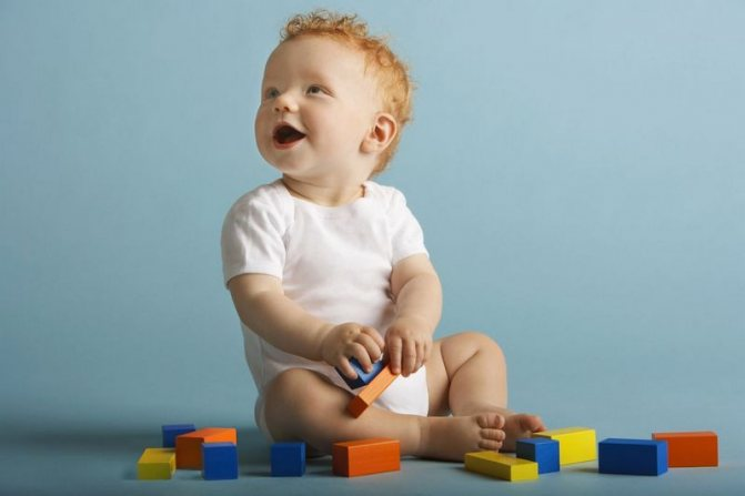 Развитие ребенка в 9 месяцев: что должен уметь малыш, питание и уход