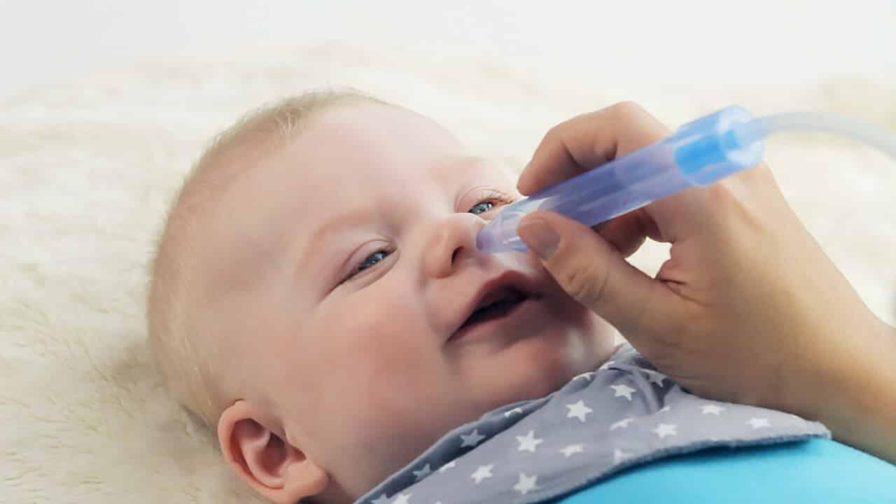 Можно ли закапывать в носик ребенку грудное молоко: нетрадиционный способ лечения насморка у грудничков