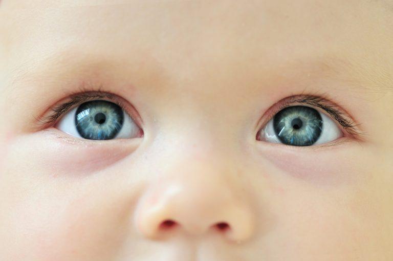 Глаза новорожденного меняют цвет: сроки и причины изменений