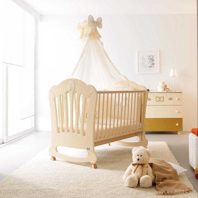 Что нужно в кроватку новорождённого: необходимые вещи и дополнительные аксессуары