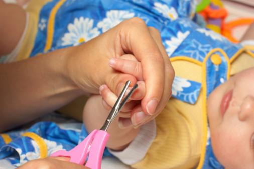 Когда новорожденному можно начинать стричь ногти и как правильно это сделать?