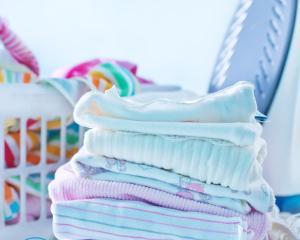Как стирать пеленки (многоразовые фланелевые, муслиновые) в машинке, правила стирки руками, при какой температуре гладить?