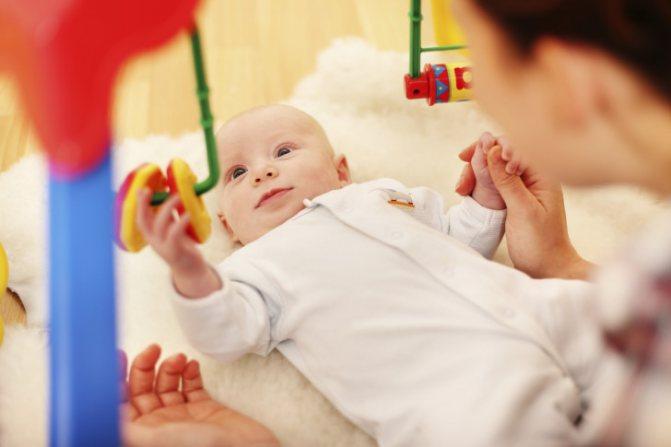 Как развивать ребенка в 3 месяца и чем занять малыша в период бодрствования