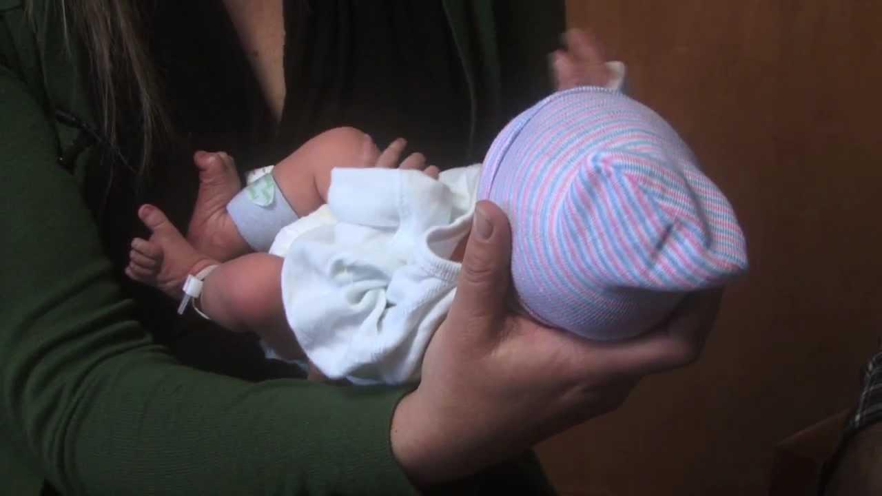 Как держать на руках новорожденного, чтобы не навредить хрупкому телу