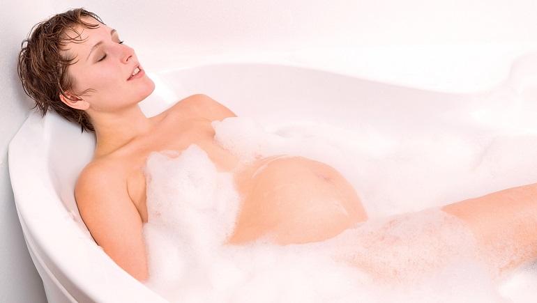 Когда можно принимать ванну после родов, и как это правильно делать?