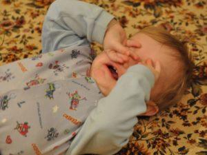 Почему двухлетний ребенок плохо засыпает и не спит ночью?