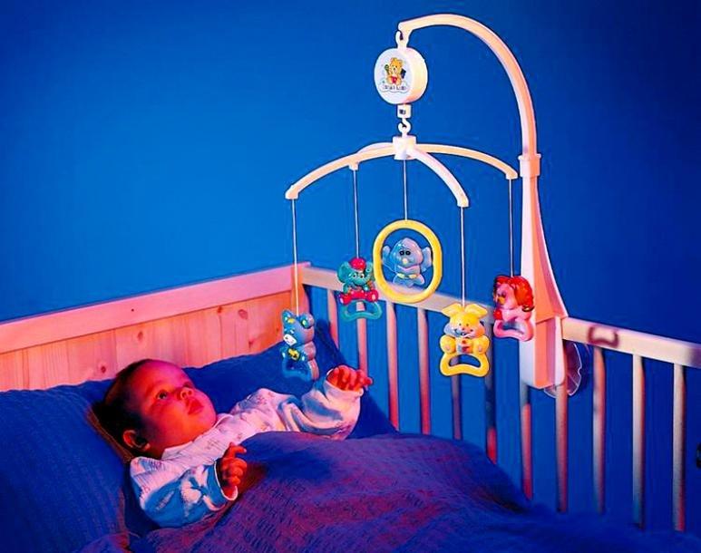Какой мобиль для новорожденного лучше выбрать, когда его можно вешать на кроватку?