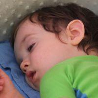 Почему грудные дети спят с полуоткрытыми глазами, что это значит: причины и способы коррекции