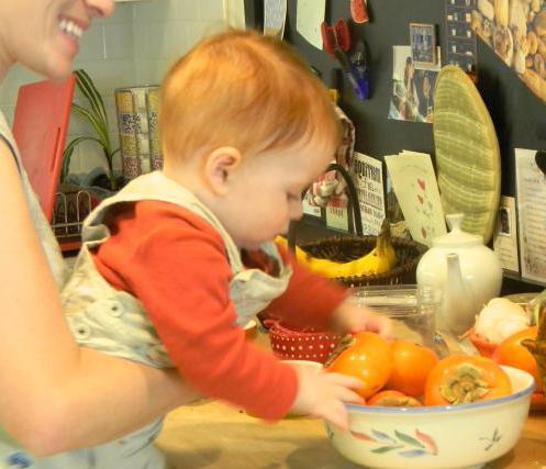 В каком возрасте можно кормить ребенка хурмой: можно ли давать детям до года