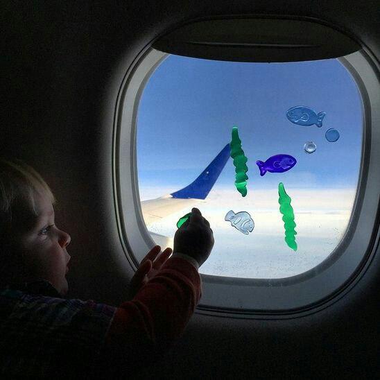 Как развлечь ребенка в самолете: 20 идей