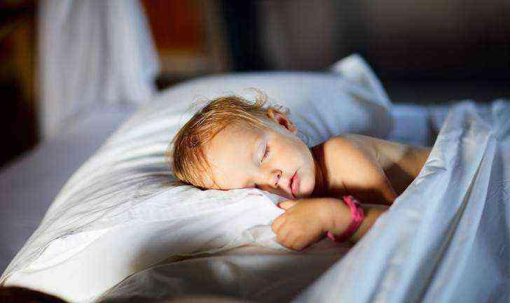 Грудничок спит с открытыми глазами: причины, диагностика и методы лечения
