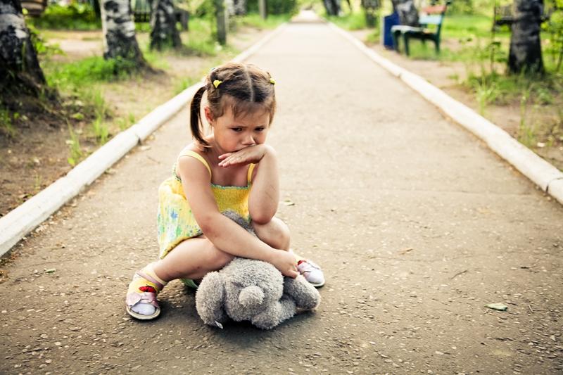 Ребенок ни с кем не дружит в детском саду, на детской площадке — нормально ли это и что делать?