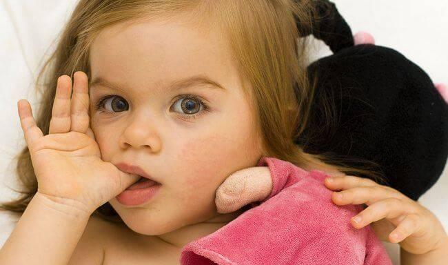Отучаем ребёнка сосать палец: советы и рекомендации