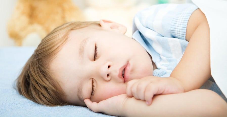 Почему ребёнок храпит во сне — причины и способы их устранения