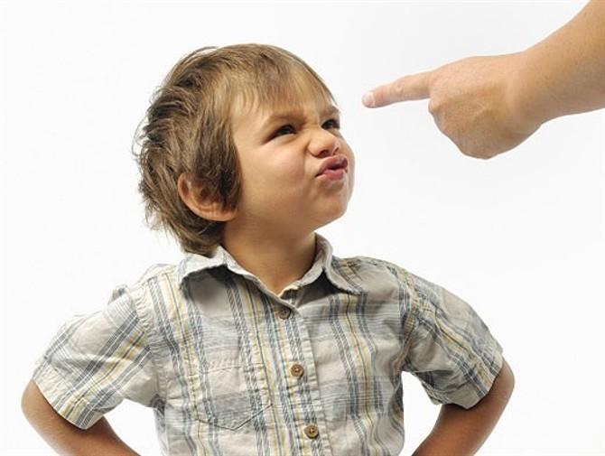 Почему ребенок ломает игрушки: как реагировать родителям