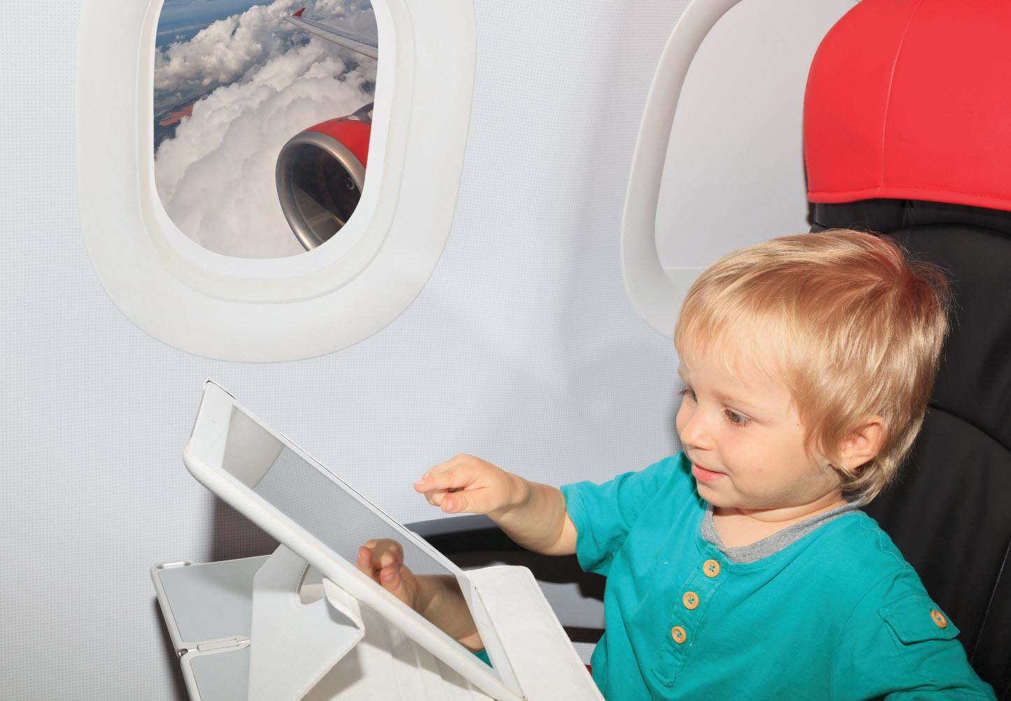 Чем занять ребенка в самолете | know abroad