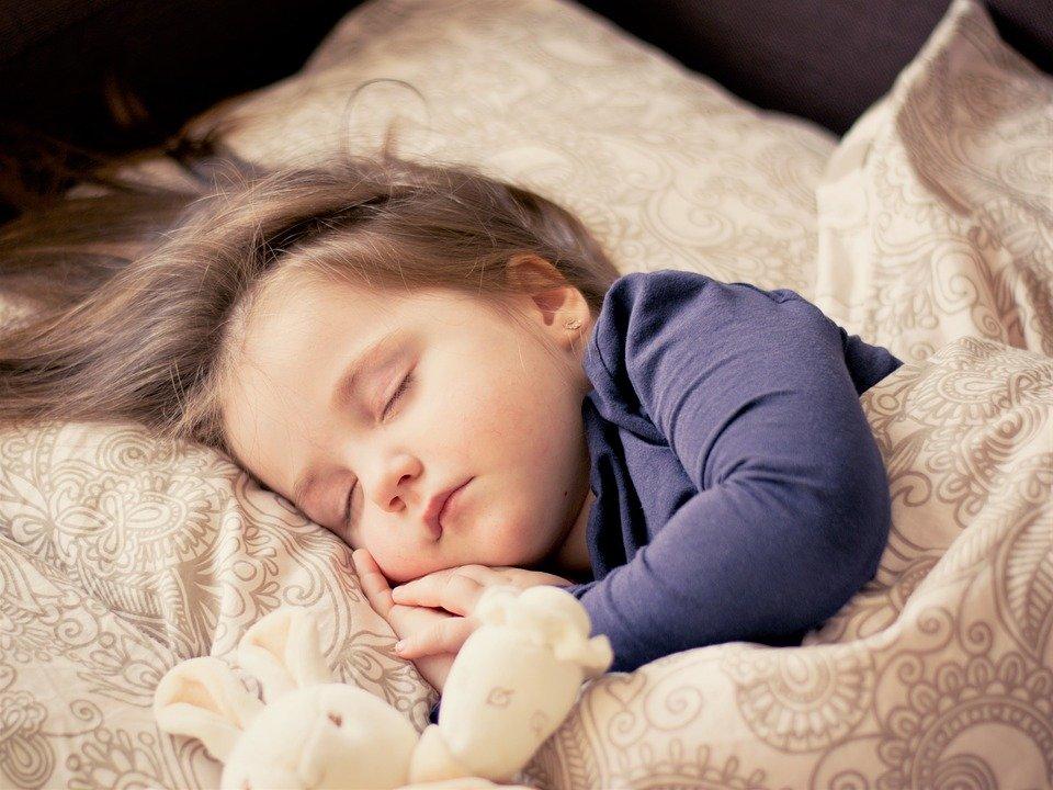 Ребенок спит только на руках: что делать, как не приучать к рукам