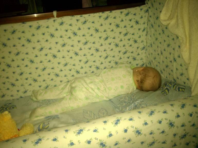Приучаем малыша спать в своей кроватке
