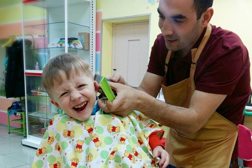Как подстричь мальчика ножницами дома?