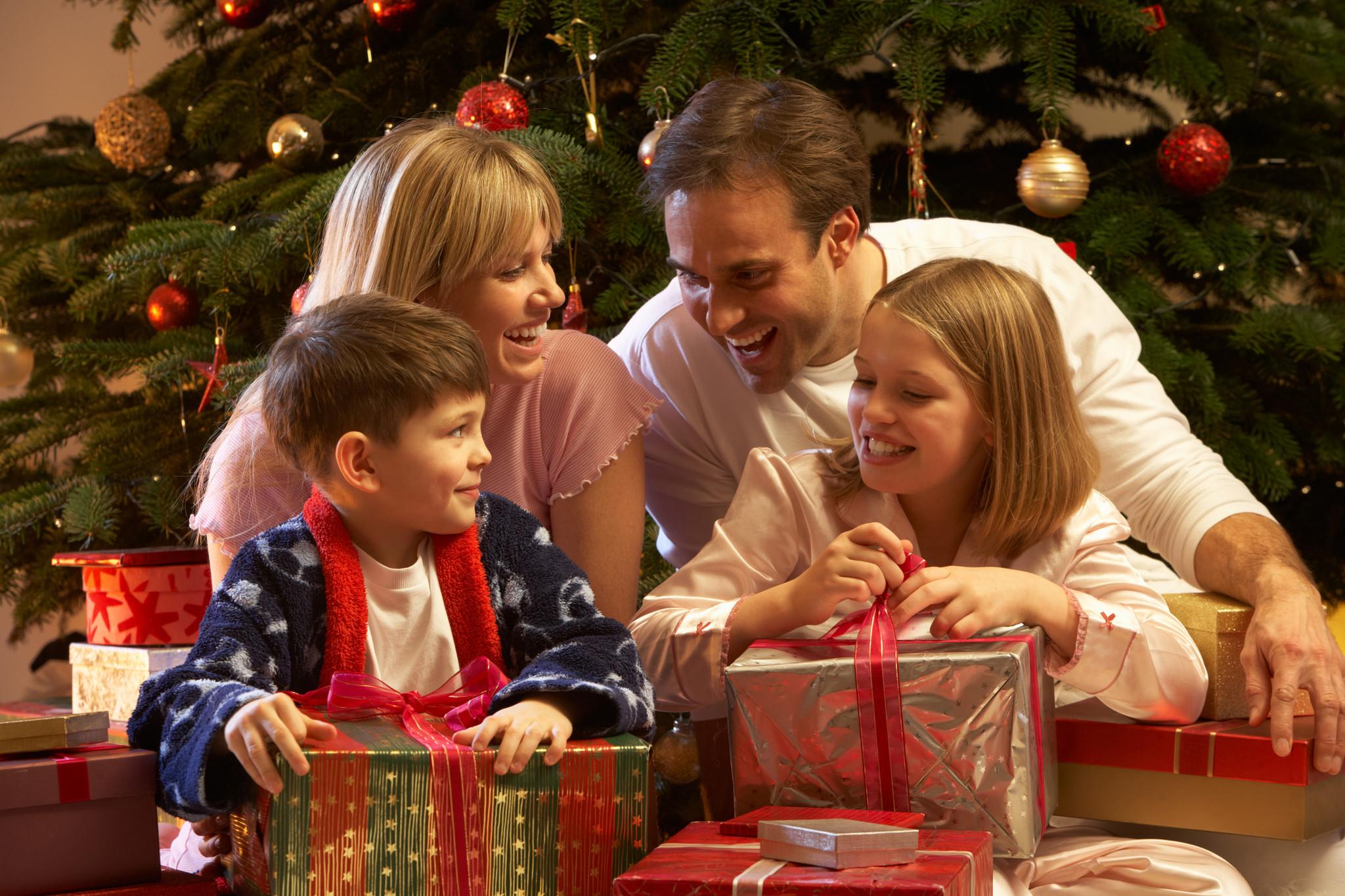 113 идей, что подарить родителям на новый год 2021 + список подарков и советы